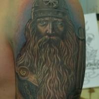 pacifico vichingo con occhi blu tatuaggio su spalla