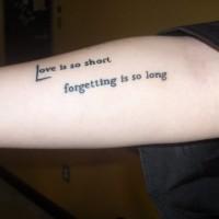 citazione scritta amore doloroso tatuaggio su braccio