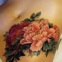 belli fiori pallido rosa e peonia rosso tatuaggio su ombelico