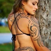 Tatuaggio in stile tribale sul corpo