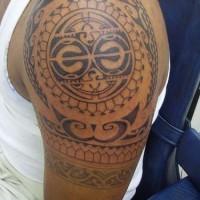 Tatuaggio sul deltoide in stile tribale