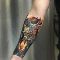 Tatuaggio cranio realistico sull'avambraccio