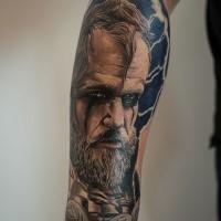 Tatuaggio del viking di colore dell'avambraccio dallo stile realistico del cardinale Guzman