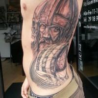 nave sullo sfondo testa di vichingo tatuaggio su costolette
