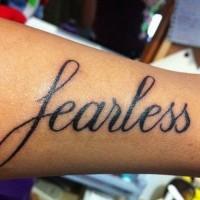 Tatuaje en el brazo, frase audaz, letras negraas