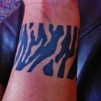 semplice inchiostro nero banda di stampa zebra tatuaggio su polso