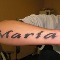 Tatuaje en el antebrazo, nombre maria, letra gruesa