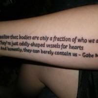 Tatuaje en el antebrazo, inscripción de tres líneas