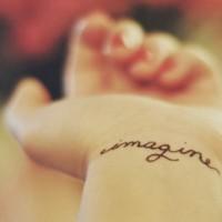 Tatuaje en la muñeca, imaginación, letra fina