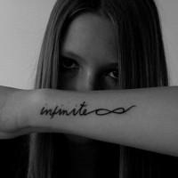Tatuaje en el antebrazo, infinito y signo