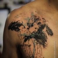 Tatuaggio scapolare in inchiostro nero stile schizzo della statua di angelo con scritte