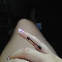 piccolo inchiostro nero frecce tatuaggio su dito