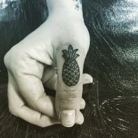 piccolo nero e bianco ananas tatuaggio su dito