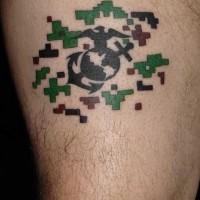 piccolo nero ancora con aquila e globo tatuaggio per uomo su coscia