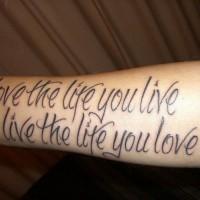 Tatuaje en el antebrazo, inscripción en inglés