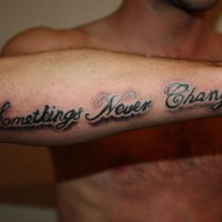 Tatuaje en el antebrazo, hay cosas que nunca cambian, escrito con sombra