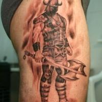 coraggioso guerriero vichingo in piedi con ascia tatuaggio su coscia
