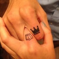 bei coroni  piccoli di RE e REGGINA tatuaggio per coppia su dito