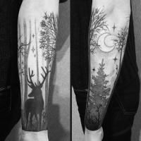 Tatuaggio con motivi di foresta notturna, cervo e luna