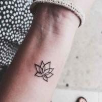piccolo tenero fiore loto tatuaggio su polso