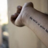 Tatuaje de inscripción en el antebrazo