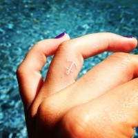 carino inchiostro bianco tatuaggio su dito anuale