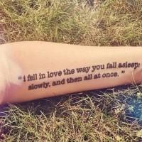 Tatuaje en el antebrazo, texto en dos líneas