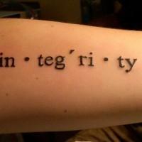 Tatuaje en el antebrazo, transcripción de integridad