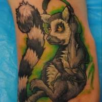 Ungewöhnliches Fuß Tattoo von Lemur mit Kopfhörer auf grünem Hintergrund