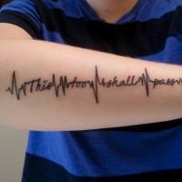 Tatuaje en el antebrazo, inscripción en estilo de cardiograma