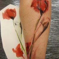 Aquarell Mohnblume auf Stiel Tattoo am Arm