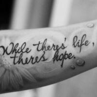 Tatuaje en el antebrazo, mientras hay vida hay esperanza cita y manzanilla