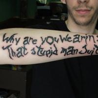 Tatuaje en el antebrazo, por qué llevas ese traje estúpido