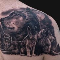 Tatuaggio attraente sulla spalla la famiglia dei lupi