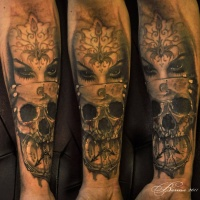 Tatuagem de mulher, crânio e relógio no braço