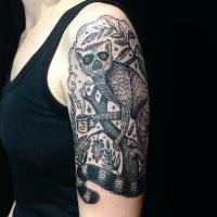Oberarm Tattoo mit wunderschönem schwarzweißem Lemut auf dem Baum
