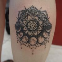 eccezionale inchiostro nero fiore mandala con luna tatuaggio su gamba