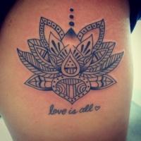 Tatuaje  de loto tribal negro y cita