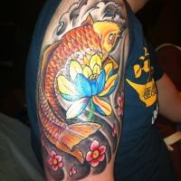 meraviglioso colorato giapponese fiore e pesce d'oro tatuaggio a mezza manica