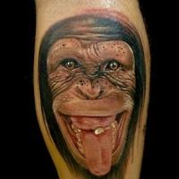 Wunderschöner realistischer Schimpanse zeigt Zunge Tattoo am Arm