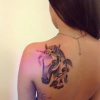Abstrakter Stil farbiges Schulter Tattoo mit fantastischem Einhorn und Kirschen