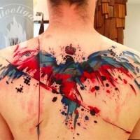 astratto stile colorato grande uccello con corona tatuaggio su parte superiore della schiena