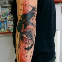 astratto stile dipinto colorato tatuaggio con uccello e grande occhio avambraccio
