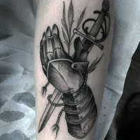 particolare bianco e nero  guanti medievale con spada tatuaggio su braccio