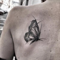 Tatuaggio scapolare di farfalla in inchiostro nero accurato di Inez Janiak