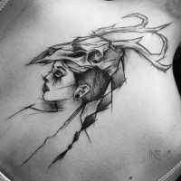 Accurato stile di schizzo dipinto dipinto da Inez Janiak tatuaggio di una donna antica con elmo a teschio