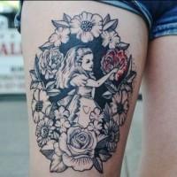 Alice in paese delle meraviglie tatuaggio sulla coscia