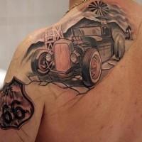 incredibile vecchia macchina sulla strada tatuaggio sulla spalla