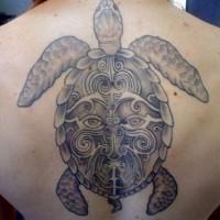 Schönes schwarzes graues Tattoo von Maori Schildkröte am Rücken
