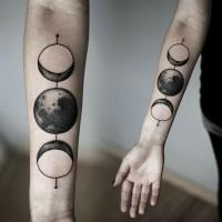 stupefacente inchiostro nero sole e luna avambraccio tatuaggio